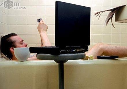 Работать с ноутбуком в ванной комнате не стоит - большой риск испортить устройство